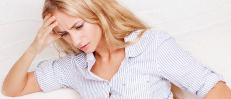 frau-unterbauchschmerzen-symptom-scheidenpilz